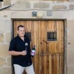César Saenz de Samaniego brinda en la puerta de su bodega