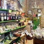 """Además de una sala de catas, """"Entre viñas y olivos"""" dispone de una amplia variedad de artículos relacionados con el vino"""