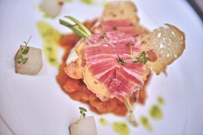 Sopa de tomate con lubina, piel de patata y jamón