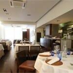 Cocinandos cuenta con una cocina vista y abierta a un comedor muy sencillo y elegante