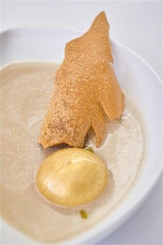 Sopa de castañas con foie dorado, castaña en almibar y teja de ésta