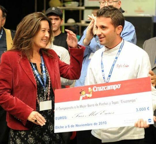 Rafa Soler recibe su premio a la Mejor Barra de Pinchos y Tapas de manos de Ada Bernal