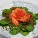 Ensalada de flor de salmón con espinacas ,salmón ahumado y huevas de salmón