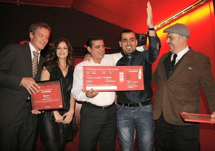 Foto de familia de los ganadores junto a Michael Menegos y Marta Torné