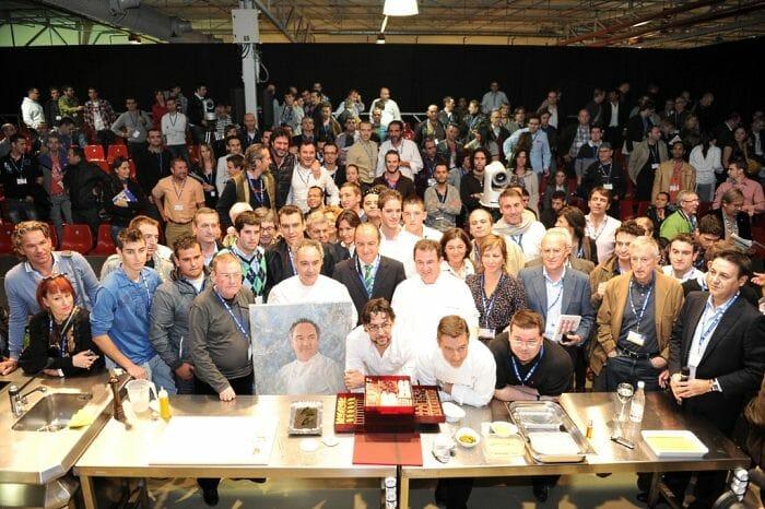 Foto de familia de los participantes en el homenajea Ferran Adrià