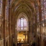 Sus magníficas vidrieras medievales y su gran espiritualidad envuelven al visitante