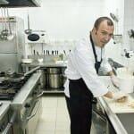 Jon Ugalde en la cocina de su restaurante