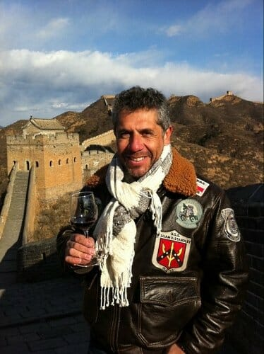 El presidente de The Wine Academy of Spain, Pancho Campo MW, catando en la Gran Muralla China