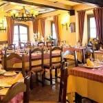 El comedor de Bodega Regia es acogedor, con diferentes ventanales y madera vista