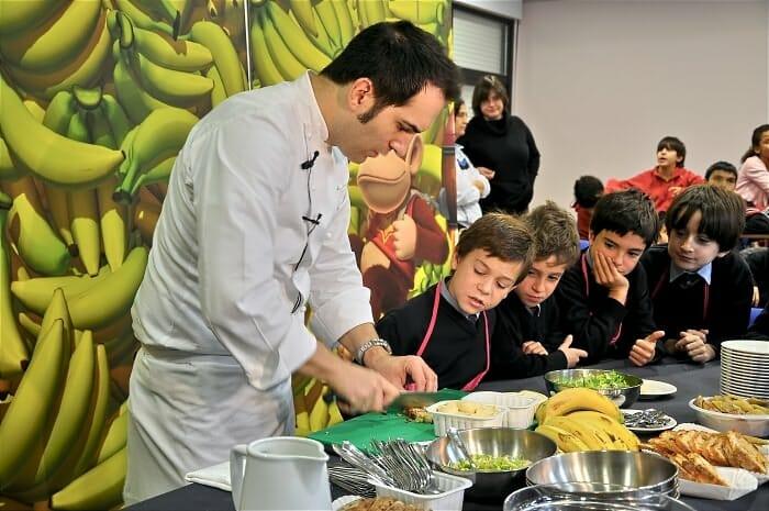 Mario Sandoval ha enseñado a los pequeños unos cuantos trucos de cocina con plátanos