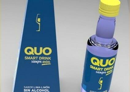 Envase en pirámide y botella de Quo Drink
