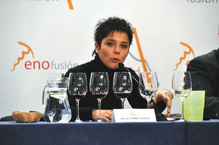 Andrea Alonso, comentando la cata