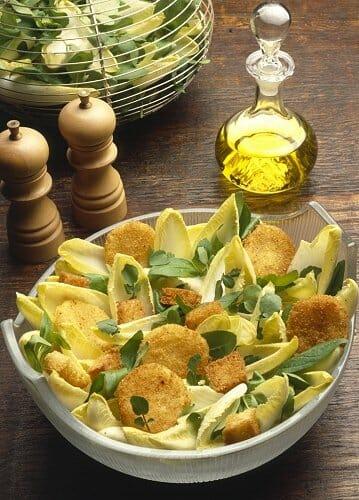 Ensalada templada de endibias y queso frito