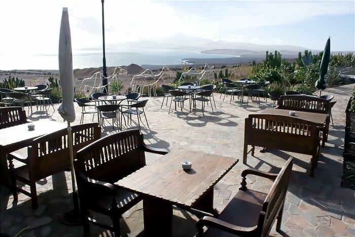 El comedor es muy acogedor, con mesas separadas por ambientes y patio exterior con vistas al mar