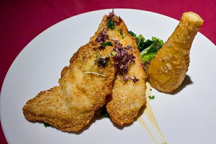 Rapito rebozado de almendras con salsa de limón y raíz de perejil y cogollito braseado