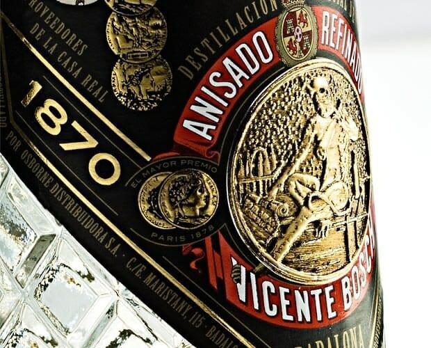 Detalle de la botella conmemorativa del 140 aniversario de Anis del Mono
