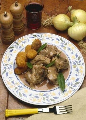 Cordero con patatas cóctel y salsa española