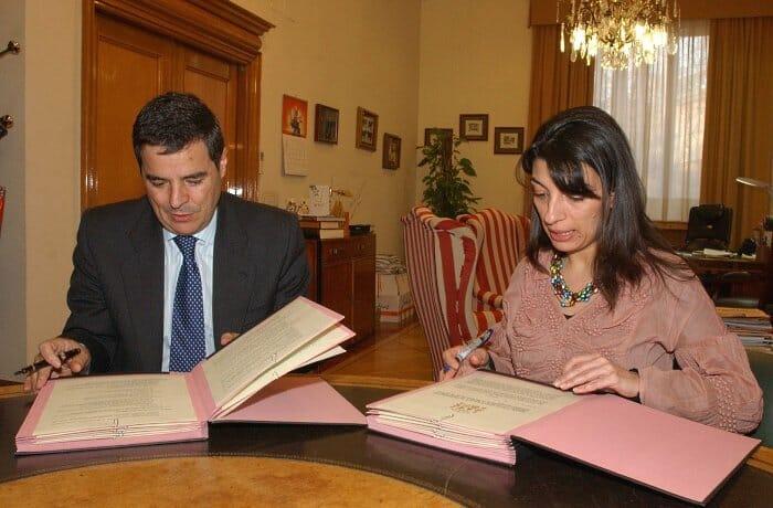 Isabel Bombal Díaz y Jacobo Olalla Marañón, durante la firma