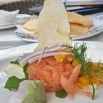 Tartar grueso de salmón marinado con salsa de miel y mostaza