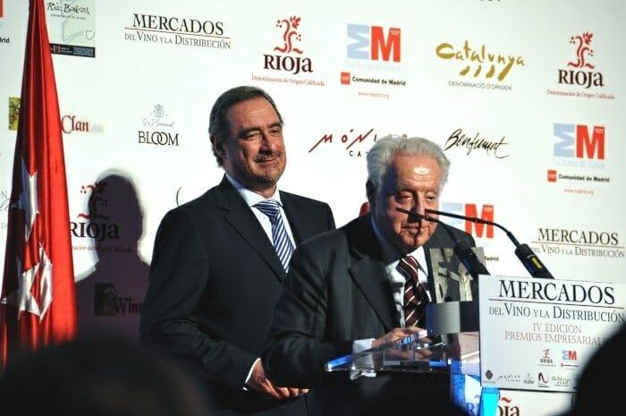 José Ferrer, junto a Carlos Herrera, recoge el premio por su contribución al sector