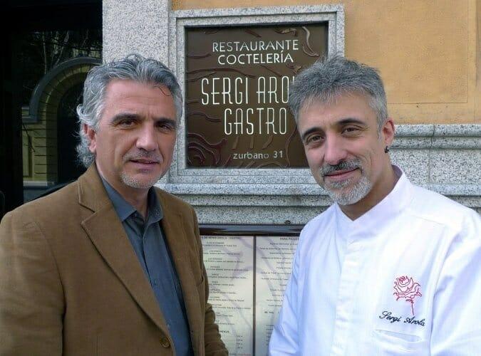 Rafael Expósito, presidente de Sopexa, junto a Sergi Arola en la puerta de su gastrobar en Madrid