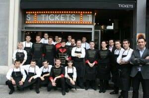 El equipo de Tickets posa junto a Albert Adrià y los hermanos Iglesias en la puerta del local