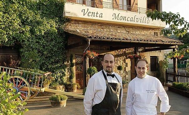 Carlos e Ignacio Echapresto, en la puerta de Venta Moncalvillo