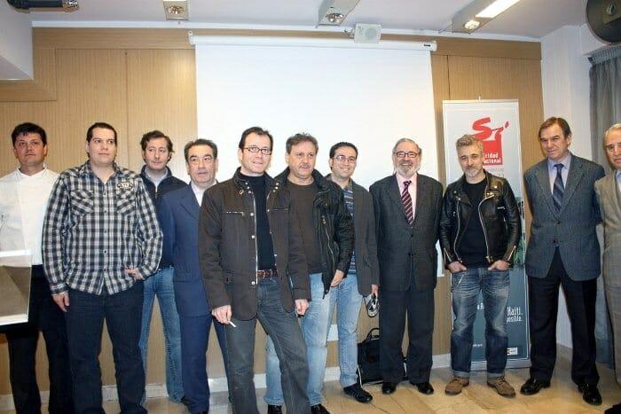 Ocho de los doce cocineros participantes posan durante la presentación