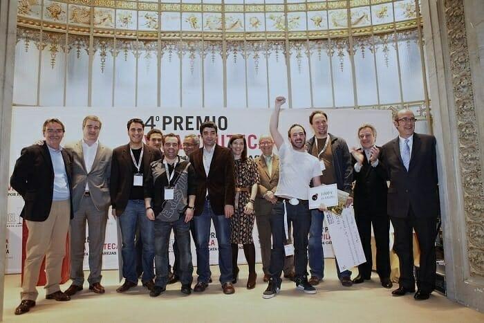 Foto de familia de los ganadores junto a los miembros del jurado