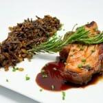 Atún rojo marinado en Tereyaki y marcado ala plancha acompañado de arroz salvaje y trigo hervido con menta