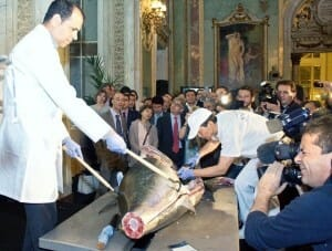 Los asistentes al evento presenciaron in situ el ronqueo y despiece de una pieza de atún de 140 kilogramos