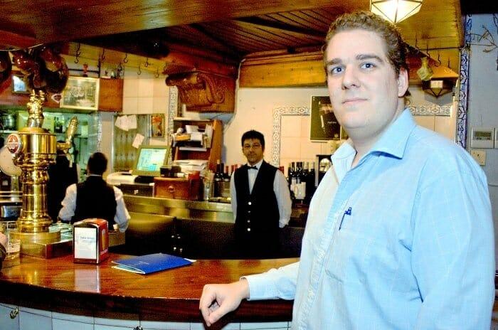 Enrique Becerra hijo en la barra de tapas del restaurante