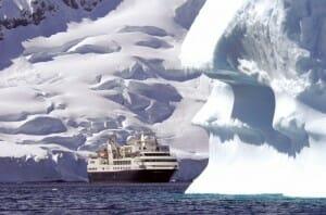 Imagina atravesar la Antártida en barco y bañarse en sus gélidas aguas mientras se disfrua de un paisaje excepcional