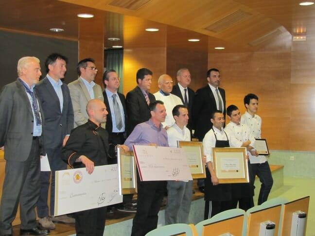 Los ganadores posan con los representantes de la Cofradía Internacional del Arroz