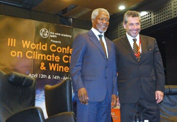 Kofi Annan junto a Pancho Campo, momentos antes de iniciar su ponencia