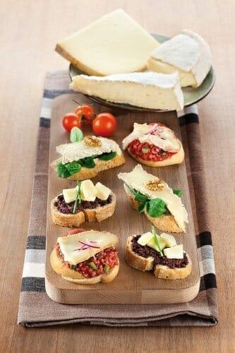 Montaditos de Reblochon, Cantal y Brie DOP