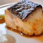 Bacalao negro en costra de miso y miel de caña, con emulsión de encurtidos