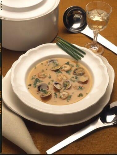 Sopa de hortalizas con chirlas y gambas