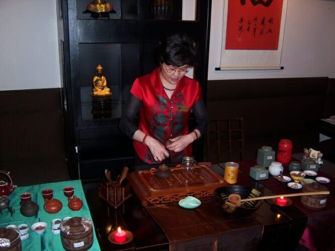 La delicadez de movimientos de la experta del arte del milenario del té