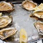 Las ostras se sirven con cava y salsa de champagne