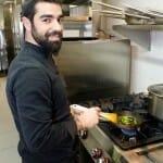 El chef Raúl Sánchez, en la cocina de El Regulador