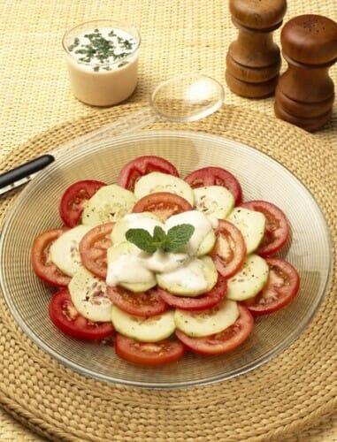 Ensalada de tomate y pepino con salsa de yogur
