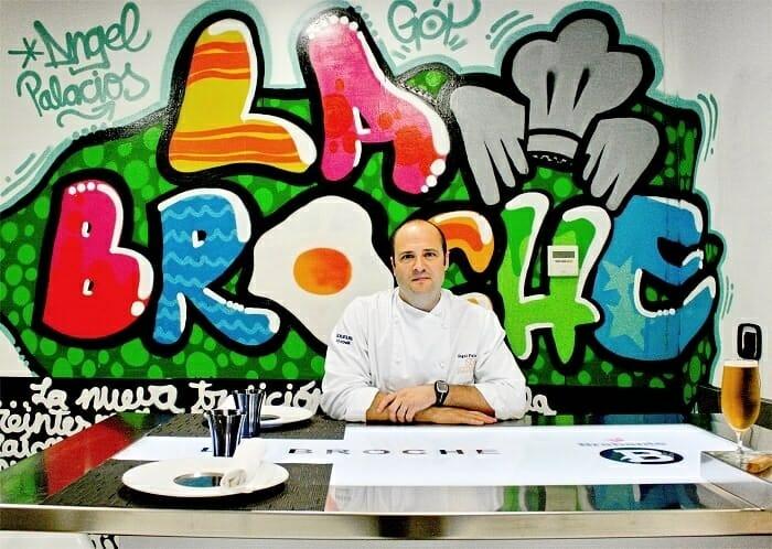 Ángel Palacios, en la mesa ubicada en la cocina de La Broche