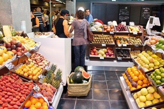 La frutería, llena de color, es uno de los locales más concurridos