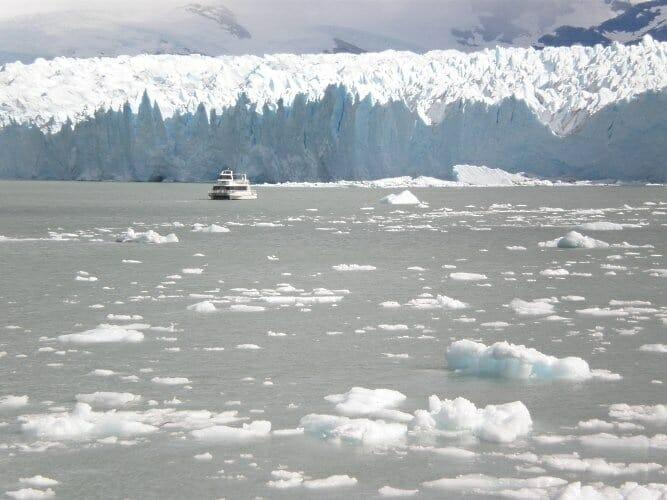 Barco en el lago Rico junto al Perito Moreno