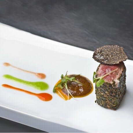 Cordero con pisto manchego del Mesón Restaurante El Bodegó de Daimiel, Ciudad Real