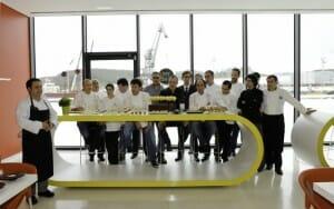 El grupo de 13 cocineros que han elaborado los Mordiscos del Rey Silo con el queso artesanal