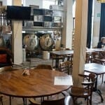 Gruut es una pequeña cervecería de Gante con mesas junto a sus instalaciones para comer y beber