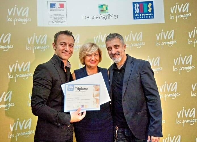 Víctor Daniel Gómez, ganador del Champion Cheese, con Denise Navarro del Centro Nacional Interprofesional de la Economía Lechera (CNIEL) y el chef Sergi Arola