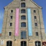 Noma está ubicado en un antiguo hangar portuario en la bella ciudad de Cophenague, en un edificio del siglo XVIII que alberga también un Museo de Arte Contemporáneo